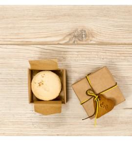 Macaroon' as dėžutėje su padėkos sausainėliu